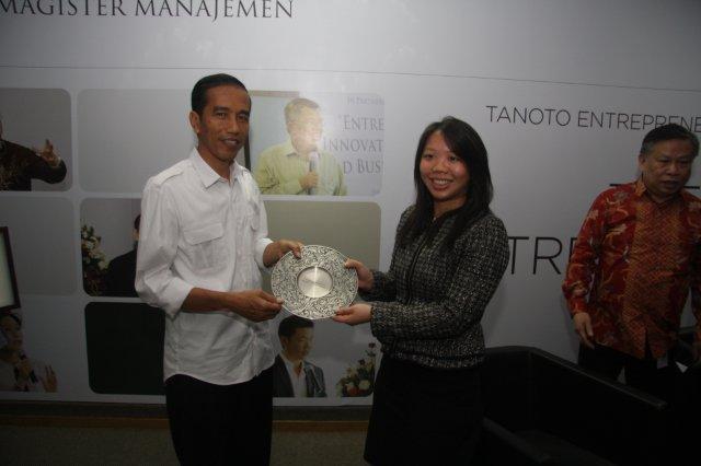 Imelda Tanoto presenting token of appreciation to Jokowi at Tanoto Entrepreneurship Series