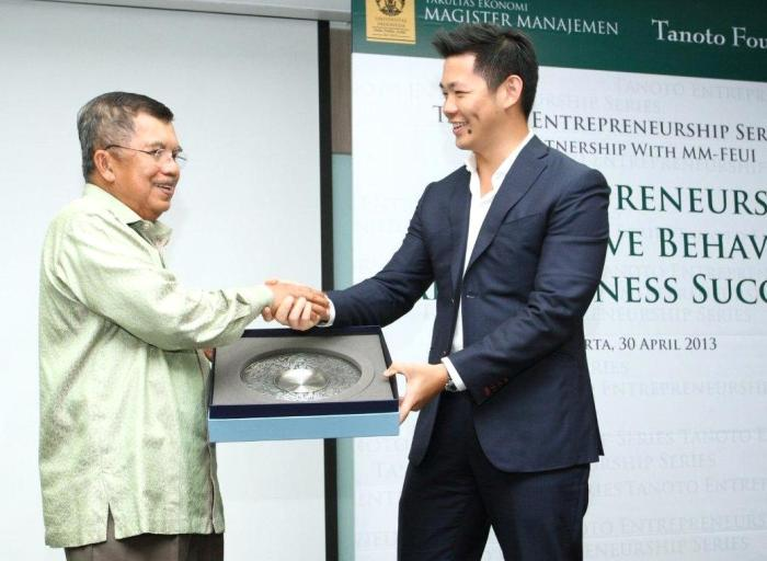 Jusuf Kalla and Anderson Tanoto at Tanoto Entrepreneurship Series 2013