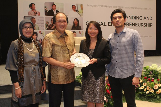 Sudhamek AWS (2nd from L) with Imelda Tanoto at Tanoto Entrepreneurship Series 2014